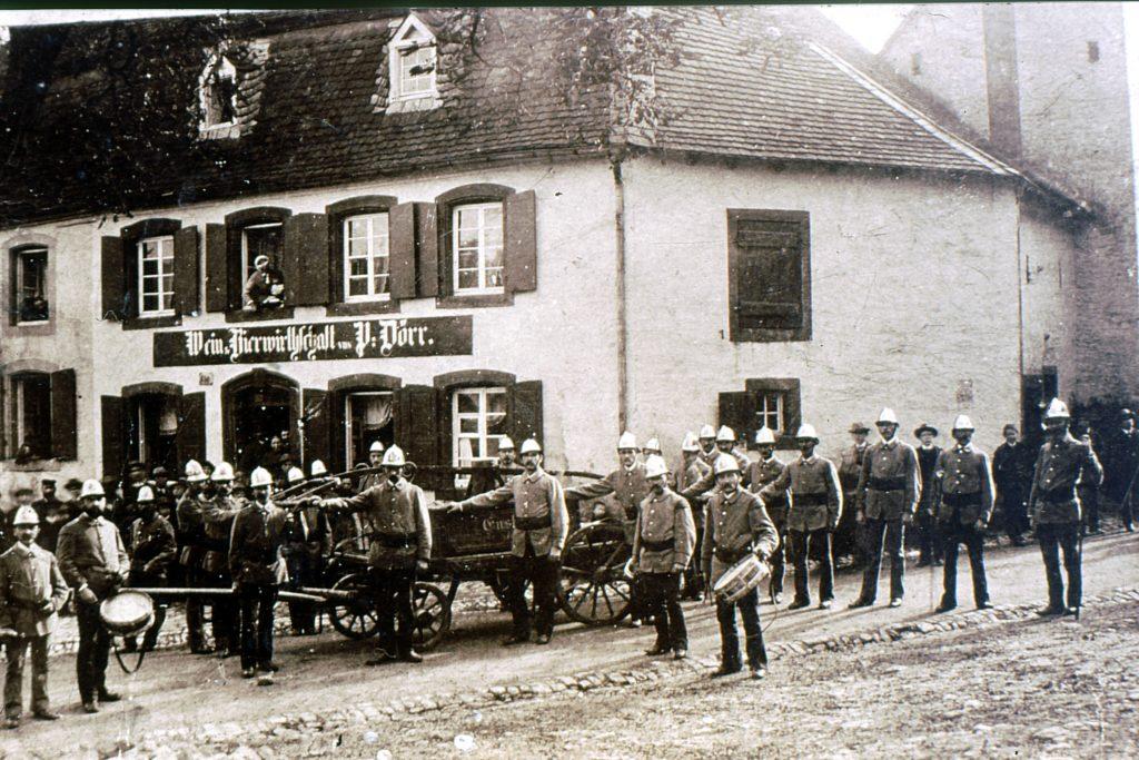 Feuerwehr vor Wirtshaus Dörr