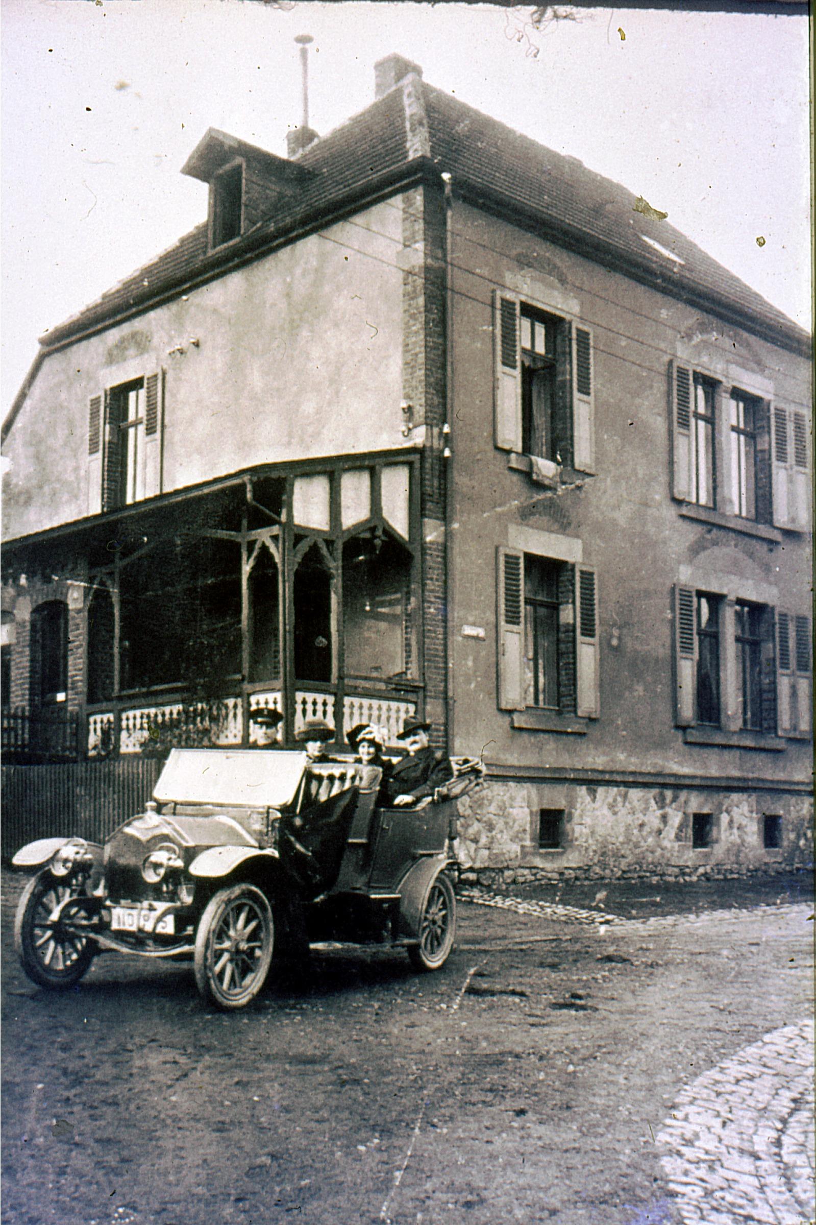 Dr. Kuhn mit Fahrer 1912