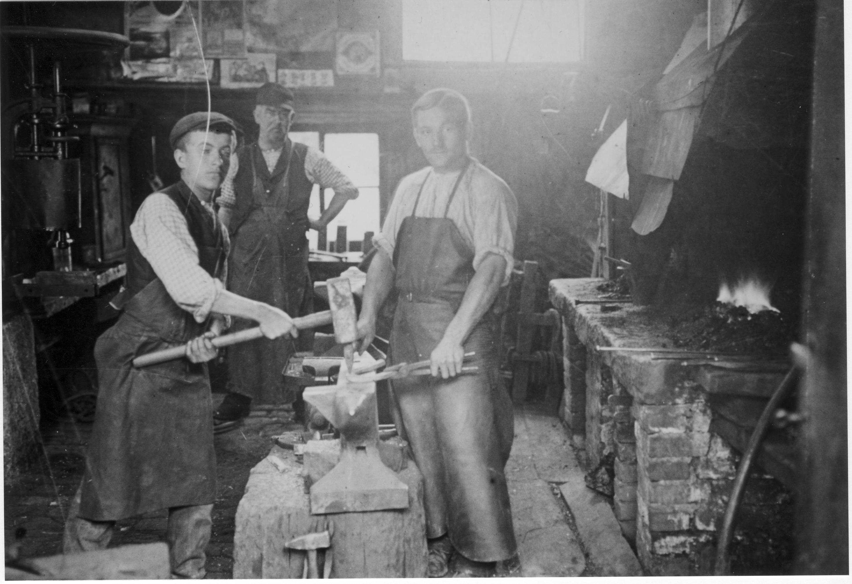 Arbeiter in der Schmiede