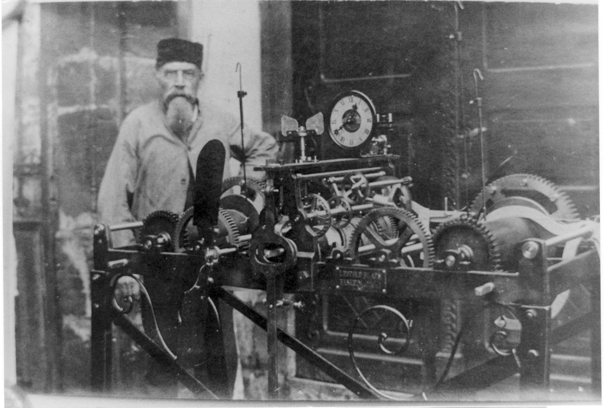 Uhrmacher Leopold Blaes mit Turmuhr - ca. 1912