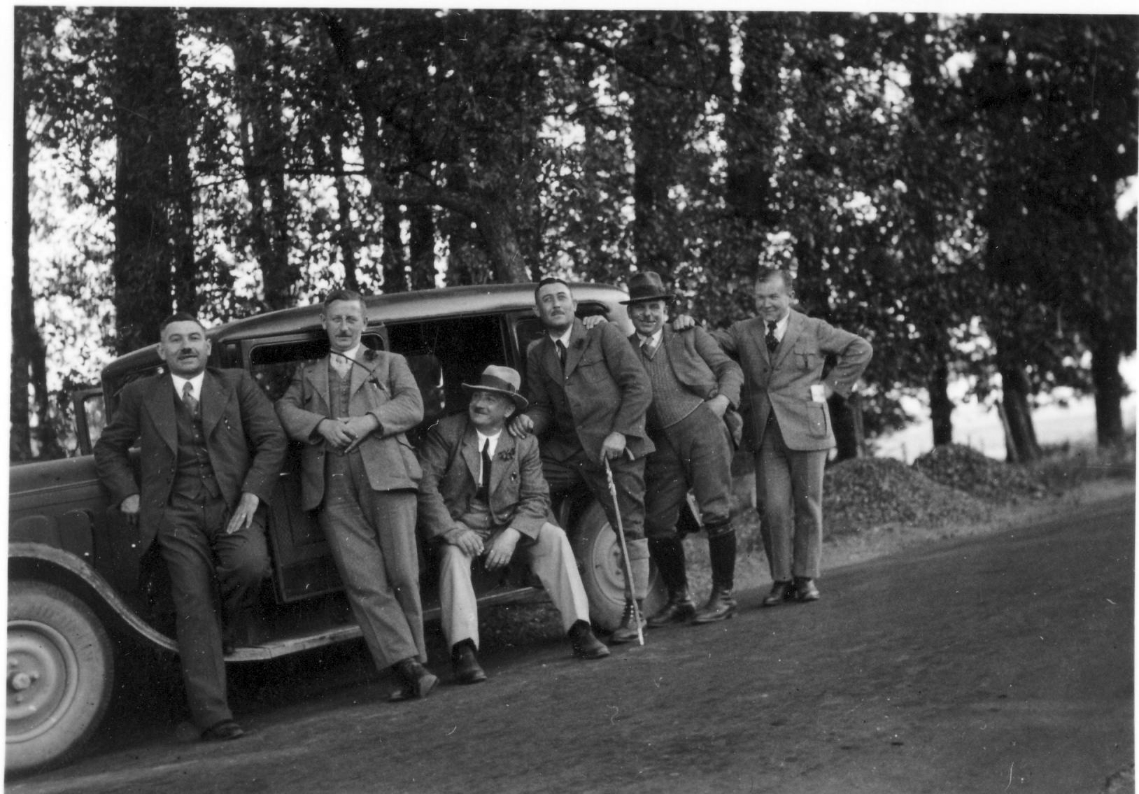 Personengruppe mit Auto