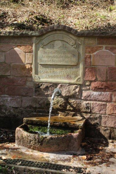 Der Ensheimer Matzenbrunnen im Tal
