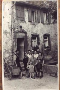 Familie vor Haus
