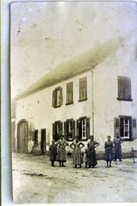 Frauengruppe vor Haus um 1912
