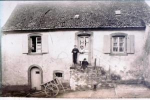 Kinder auf der Treppe 1922