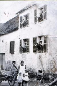 Frau mit Kindern 1926