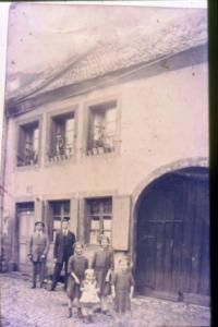 Familie vor Haus ebenfalls 1926