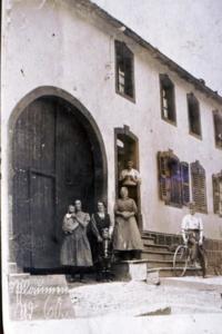 Familie vor Haus ca. 1926